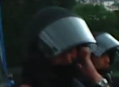 S21: Polizist hält sich die Ohren zu – vor einer unerwarteten Explosion